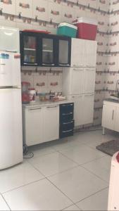 A kitchen or kitchenette at Casa de aluguel por temporada aconchego do xingó