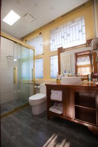 A bathroom at Beijing Jingyuan Courtyard Hotel