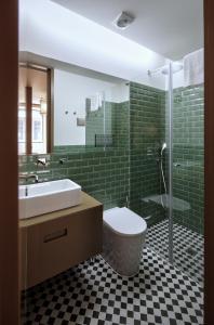 A bathroom at Aparthotel Oporto Batalha