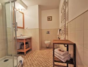 A bathroom at Dworek Kazimierski