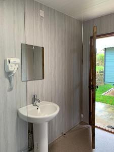 A bathroom at Glamping at Holly Grove Farm