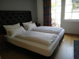 Ein Bett oder Betten in einem Zimmer der Unterkunft Hotel garni Altes Winzerhaus Moselschänke