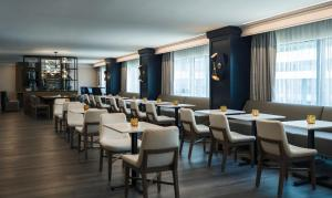 A restaurant or other place to eat at Renaissance Baltimore Harborplace Hotel