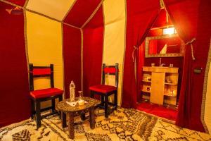 Uma área de estar em Sirocco Luxury Camp