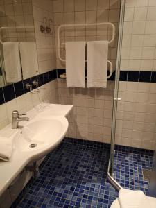 A bathroom at Hotell Åsen
