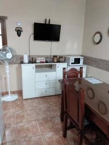 A television and/or entertainment center at Cómodo Apartamento en Cafayate