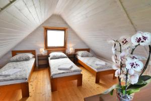 Łóżko lub łóżka w pokoju w obiekcie Domki Sonar