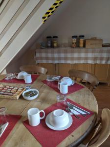 A restaurant or other place to eat at BASINGSTOKE B&b