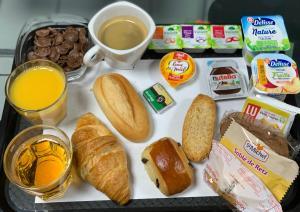 Options de petit-déjeuner proposées aux clients de l'établissement Kyriad Direct Val de Reuil
