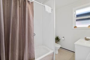 A bathroom at RotoVegas Motel of Rotorua