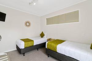 A bed or beds in a room at RotoVegas Motel of Rotorua