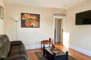 A seating area at 3 Bedrooms Apt Conveniently located close to DT Providence