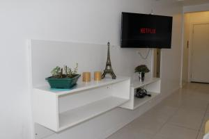 A television and/or entertainment centre at Flat Central London Tower by MY HOME