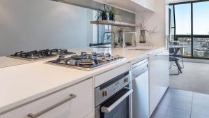 A kitchen or kitchenette at Oaks Melbourne on William Suites
