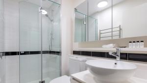 A bathroom at Oaks Melbourne on William Suites