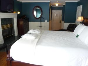 A bed or beds in a room at South Thompson Inn & Conference Centre