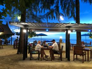 A restaurant or other place to eat at Ao Thong Beach Bungalows