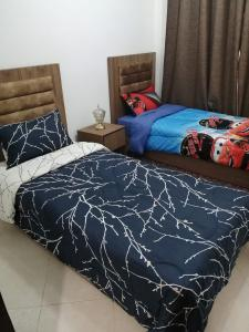 A bed or beds in a room at Stylish Two Bedroom Apartment With Full Amenities - Free Wifi-Netflix-IPTV