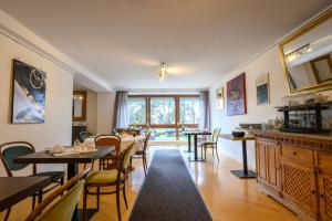 Ein Restaurant oder anderes Speiselokal in der Unterkunft Art Hotel Weingarten - Pizzeria Restaurant