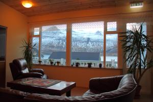 Et opholdsområde på Hjá Marlín Guesthouse