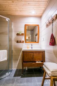 A bathroom at Wenjun Courtyard Hotel Chengdu ( Kuanzhai Branch)