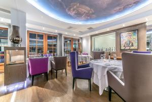 A restaurant or other place to eat at Le Strato