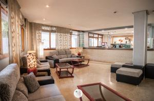 Een zitgedeelte bij Apartamentos Palm Beach Club Carihuela