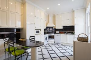 A kitchen or kitchenette at Hyde Park View Marble Arch Apt