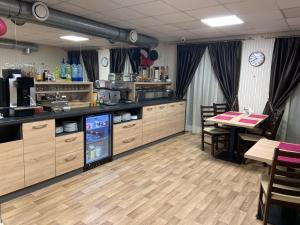 Restauracja lub miejsce do jedzenia w obiekcie Pokoje gościnne Truskawkowa 1a