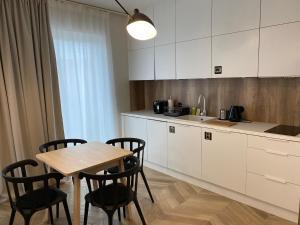 A kitchen or kitchenette at ONE Apartamenty Gąsiorowskich 4