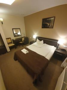 Łóżko lub łóżka w pokoju w obiekcie Hotel Pod Dębami