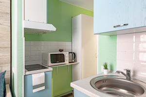A kitchen or kitchenette at Светлые и уютные апартаменты у м. Новокоссино