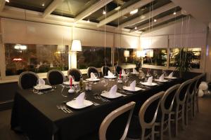 A restaurant or other place to eat at Mondial Hotel