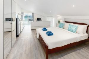 A bed or beds in a room at Sam-Kah Seaside Studio 2