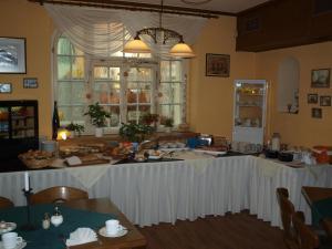 A restaurant or other place to eat at Gasthof zur Schweiz