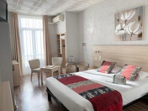 A bed or beds in a room at Hôtel Helvétique