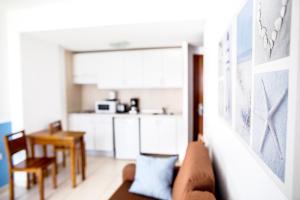 Een keuken of kitchenette bij Corralejo Surfing Colors Hotel&Apartments