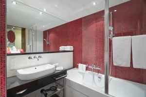 A bathroom at Crowne Plaza Amsterdam - South