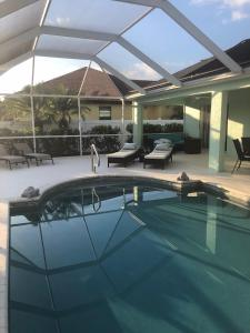 The swimming pool at or close to Villa Cozy Cottage - Waterfront