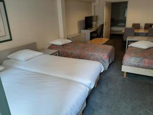 A bed or beds in a room at Hotel Koffieboontje
