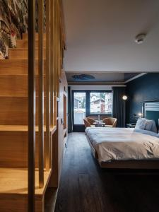 A bed or beds in a room at Hotel National Zermatt