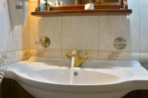 Ένα μπάνιο στο Ο Ξενώνας του Νικόλα