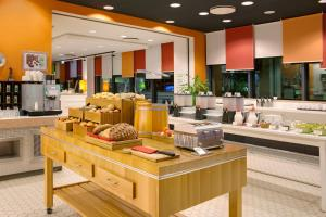 A restaurant or other place to eat at Holiday Inn Berlin City East Side, an IHG Hotel