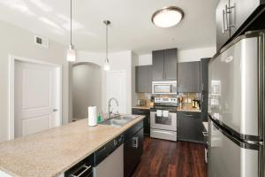 A kitchen or kitchenette at Kasa Dallas Apartments Near SMU