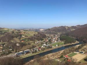 Widok z lotu ptaka na obiekt Willa Rytro dom w górach