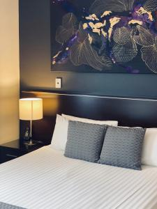 A bed or beds in a room at ibis Styles Broken Hill