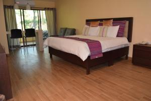 A bed or beds in a room at Hotel Chapala Country