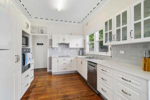 A kitchen or kitchenette at Shellseekers, 4 Hodgson Street