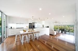 A kitchen or kitchenette at Oleander Holiday Home - Airlie Beach