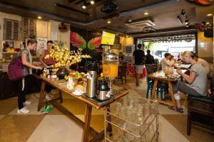 A restaurant or other place to eat at Tribee Kinh Hostel & Bar